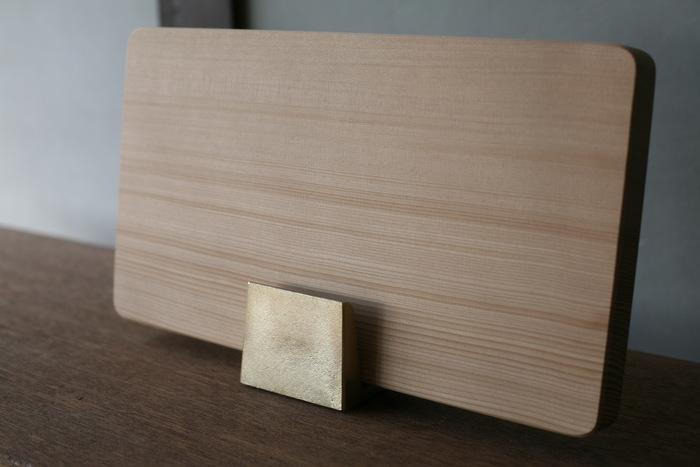 抗菌炭化木を使用したまな板は、厚みがあり、どっしりとした安定感で食材を切りやすいのが魅力。化学処理・化学塗料などを使用していないため、安心して使うことができます。使い続けていくうちに傷が目立つようになりますが、そんなときは表面を削ってもらえます。新品のような使い心地のまな板に戻り、ずっと長く愛用することができますよ。