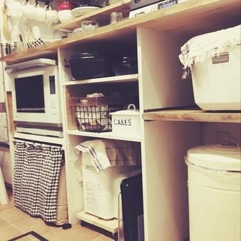 DIYならお家の家電やキッチン雑貨に合わせて、棚位置を変えたり引き出しトレイを付けたり自由自在。高さも幅もキッチンに合わせて作れます。