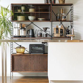 1~2人暮らしに丁度いい、140cm幅のキッチン収納。オープンスペースと戸棚が使いやすいバランスです。