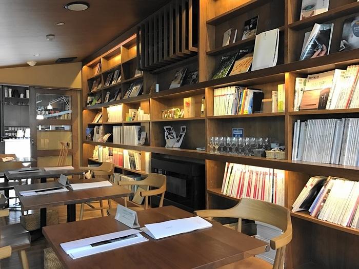 壁一面のブックシェルフには、旅、グルメ、料理、建築、インテリアを中心に、カルチャー系の雑誌や書籍を取り揃えています。暇ができた時にふらっと訪れて、お気に⼊りの本を⼿に取れば、知的好奇⼼が満たされる充実の時間を過ごせそう。