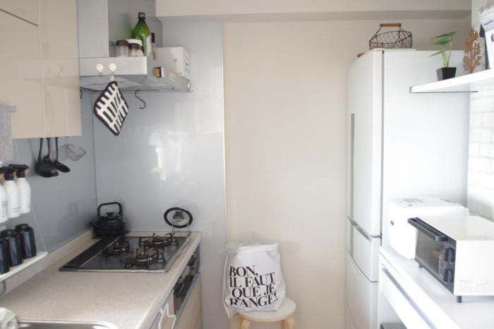 こちらのキッチンも同じ型。キッチンカウンターは、すっきり整頓されていますね。反対側に家電がまとめて置かれています。熱々の料理を取り出すときでも楽に作業できるのは、ゴールデンゾーンと呼ばれる高さにあるから。すべての家電を1列配置できない場合は、使用頻度の高い家電をこのゾーンに置きましょう。 こちらのブロガーさんは、家電やキッチンツール選びにも工夫が。素敵なのでご紹介します。