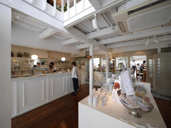 店内は元銭湯ということもあって、とっても開放的!白を基調にしたおしゃれな空間が広がっています。床やタイルを良く見てみると、ところどころに銭湯の名残を見つけることができますよ。