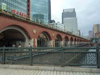 およそ100年前に建てられた、秋葉原にある万世橋駅。その高架橋を再利用して作られたのが『マーチエキュート神田万世橋』です。