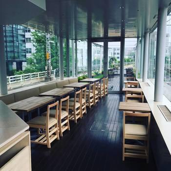 """かつて万世橋駅でプラットホームとして使用されていた場所には、""""世界で一番電車に近い""""レストランが。両サイドの線路には、実際の電車が通過!"""