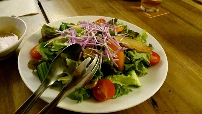 山形の自然が生んだ、美味しい食材を使った料理がいっぱい。お昼にはカフェ風の定食を、夜は山形の地酒とともに美味しいお料理を食べることができます。