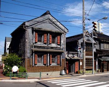 北海道函館市にある『茶房 ひし伊』は、もともと質屋の倉庫だった土蔵をそのまま使用した、昔の趣を存分に感じられる喫茶店。