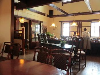 1階は椅子やソファが並ぶ洋風のテーブル席、2階は和風のお座敷の席になっています。