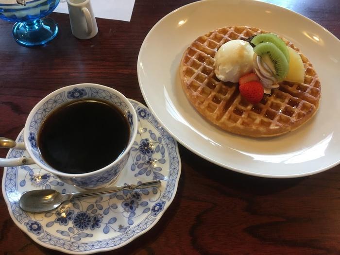メニューはあんみつなどの和風の甘味から、フルーツがちょこんと乗ったかわいいワッフルまでと豊富なラインナップ。お店のオリジナルブレンドのコク深いコーヒーも、ぜひ一緒に味わってみて下さい。
