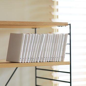 5cmピッチで棚の高さを変えられるので、お気に入りの本に合わせて高さを調節できます。大型の写真集なども、きれいに並べて収納可能です。