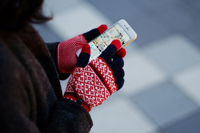 手袋をしているとスマートフォンの操作ができず困った経験をしたことがありませんか?こちらの「EVOLG(エヴォログ)」の手袋は、手袋をはめたままタッチパネルの操作が可能な便利なアイテム。タッチやスクロールもストレスなく行えます。