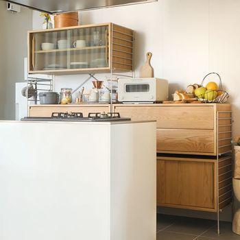 カウンタースペースが付いたタイプはちょっとした作業や調理ができて便利。大容量でナチュラルに隠してくれるウッドキャビネットも頼れますね。