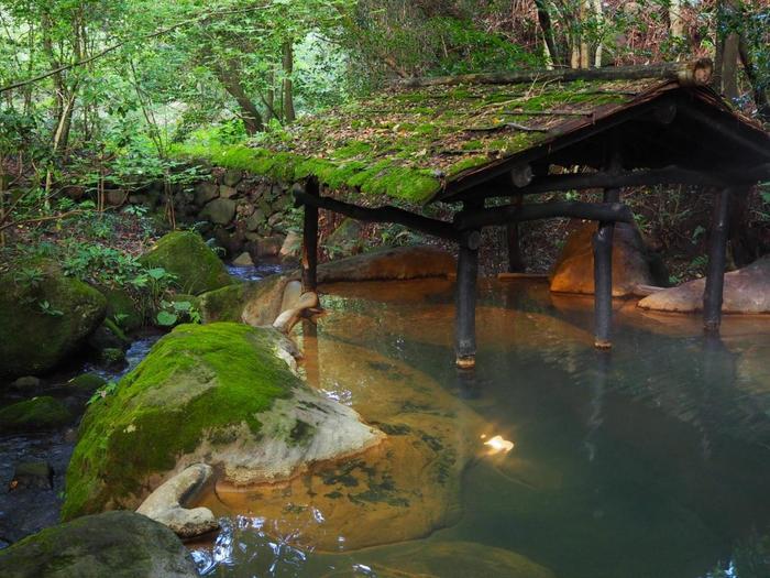 黒川温泉街の中心部から少し離れた場所にある「旅館 山河」。周りの自然と溶け込んだ露天風呂は、自然を満喫しながら温泉が楽しめます。ゆっくりと温泉に浸かりたいときは、別料金で貸切風呂に入ることもできますよ♪ 【泉質:内湯「硫黄泉」、露天風呂「含鉄泉」】