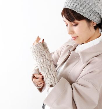 ざっくり編みが可愛いイギリスブランド「BLACK YAK(ブラックヤク)」のアームカバー。指先が出ているので細かな作業をする時にとっても便利。内側は肌触りのいいフリース素材なのでとってもあったか♡