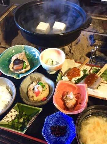 メニューは、とうふ定食と揚げだし豆腐、豆腐ステーキなどの一品料理の他、豆腐とこんにゃく料理を堪能できる「とうふ定食(松・竹・梅)」があります。