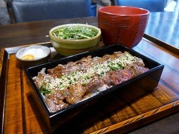 あか牛のロースを使用した「あか牛ロースのあぶり重」は、赤身の美味しさを存分に堪能できます。にんにく味塩ダレがかかった肉は、箸が止まらなくなる美味しさ!お肉もたっぷりとのっているので満足感も十分◎