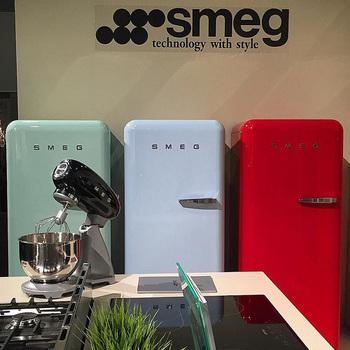 カラー展開が豊富な高級冷蔵庫で有名なイタリアのメーカー「SMEG(スメグ)」 品質とデザイン性に重点を置く製品作りに力を入れているそうです。