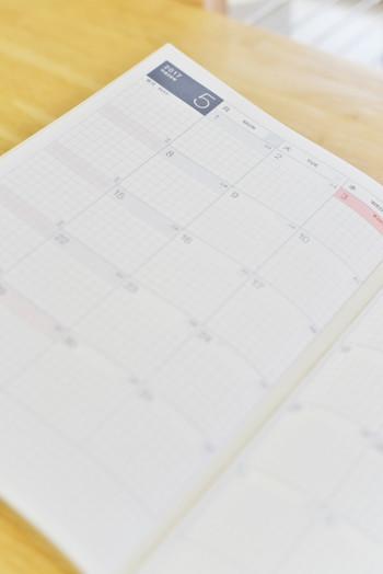 マンスリータイプは、壁掛けのカレンダーのように一日を一マスとして区切ったフォーマットです。見開きで、一か月のスケジュールを確認することができます。一日の予定の量があまり多くない人や、先の予定まで知っておきたい人におすすめです。
