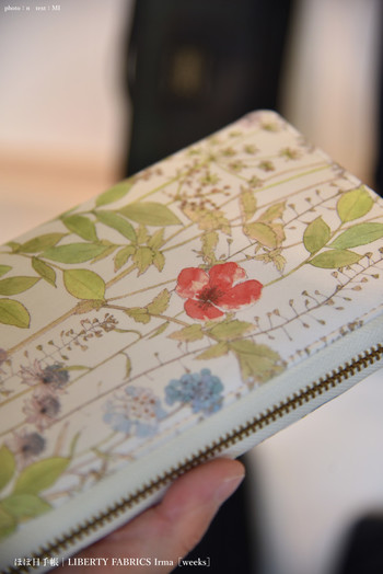 こちらは人気の高いほぼ日手帳のカバーで、リバティ・ファブリックスのボタニカル柄。繊細な植物のラインがとても美しく、いつまでも大切に使いたくなります。