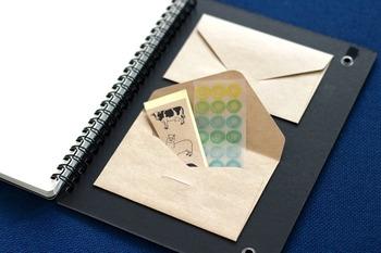 手帳に貼るシールやふせんは、封筒を裏表紙に貼り付けて中にストックしておくと、ごちゃごちゃになってしまうことがありません。ポケットの少ない手帳におすすめのアイデアです。