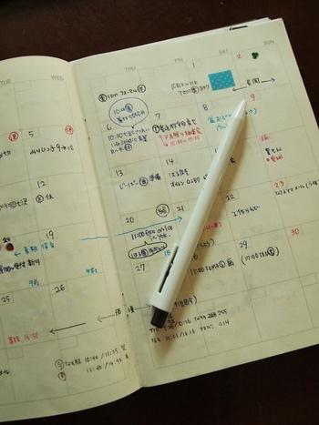 日付の入っていないタイプのスケジュール帳は、すべてのページに日付を記入するとなんとニ年半もの長い期間、一冊の手帳を使っていくことができるそう。去年の同じ時期になにがあったか見ることができると、一年に一度のスケジュールも見逃すことがありません。