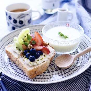 ヨーグルトを添えて、ワンプレートの朝ごはん。 立体感を持たせてフルーツを乗せると、より華やかに見えますね。