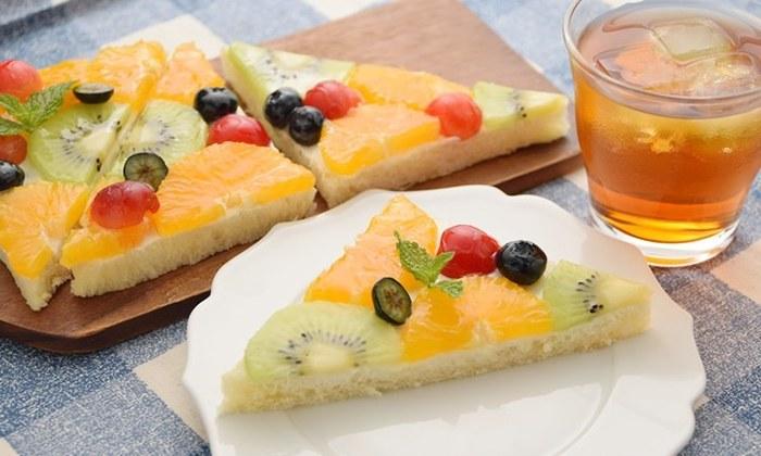 こちらは断面ではなく、パンの上面にフルーツを並べた「オープンサンド」。フルーツでできた模様がモザイクのようでとっても華やかです。こちらもコツをつかめば手軽に作れますよ!