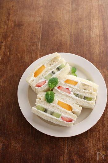 パン3枚を使ったボリューミーなフルーツサンド。 断面から4種類のフルーツが覗きます。