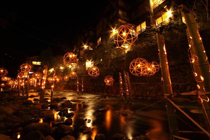 灯籠を使用しているので、レトロで温かみのある灯りが印象的。幻想的な灯りに彩られた温泉街はロマンチック♪