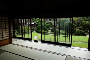 熱海の三大別荘とも言われる「起雲閣」。一時は旅館としても営業し、名だたる日本の文豪たちにも愛されました。現在は熱海を代表する観光施設として、多くの人々が訪れています。大陸と日本の文化を融合させた建築と日本庭園は特筆すべきものがあり、熱海の市街地にありながら、閑静で優雅なひとときを過ごせる特別な場所です。
