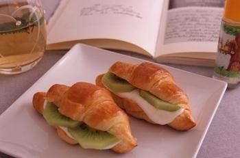 クロワッサンを使ったフルーツサンドは食べ応えがあります。パンを変えて違いを試してみるのも楽しいですね。