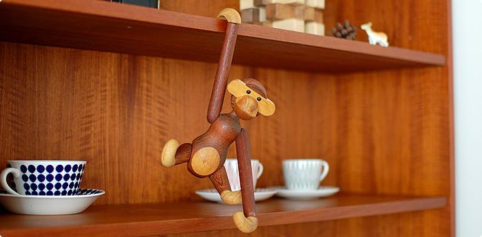デンマーク王室御用達のカトラリーを手がけたことで名高い、KAY BOJESEN(カイ・ボイスン)による木製玩具の名品を復刻したシリーズ。こちらは、温もりのある素材と愛嬌あるデザインが魅力のおさるさんフィギュアです。色々なポーズを取ることができ、ながーいおてては、フックにも◎お気に入りの場所に引っ掛けて飾ることができます。