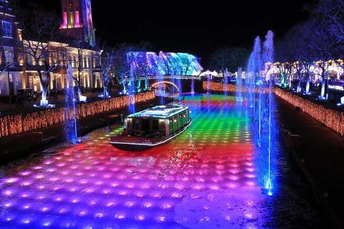 光の王国の名物となりつつある「光と噴水の運河」。運河が虹色に輝き、音楽に合わせてリズミカルに踊る噴水と光のショーを楽しめます。クルーザーの中から見ると迫力があり、外から眺めるとファンタジックな風景に見惚れてしまいますよ♪