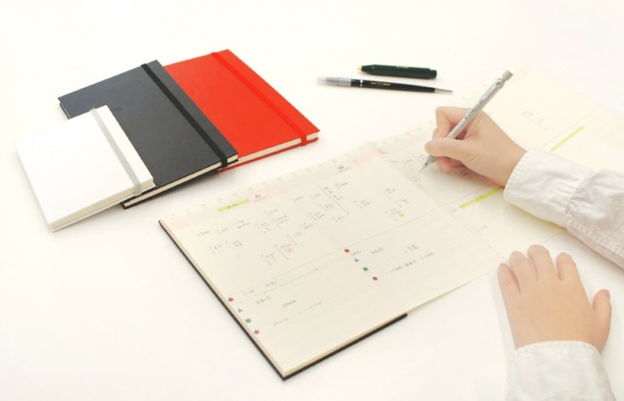 手帳を書いていくことで、いろいろなことを見える化していくことができます。頭の中でぼんやりとしていることも、書き出してあげると案外すっきりいくものです。時間や暮らしをしっかりと管理して、心地よい生活を実現していきましょう♪