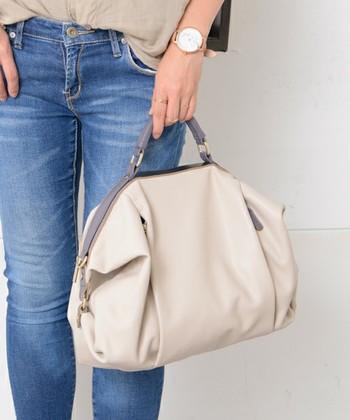また、荷物の量によって大きさを変えられるバッグも便利です。こちらのバルーンボストンバッグは、両サイドのボタンを付け外しすることで、バッグの形状を変えられるデザイン。荷物が少ない時は、丸みのあるコンパクトな状態で使えます。