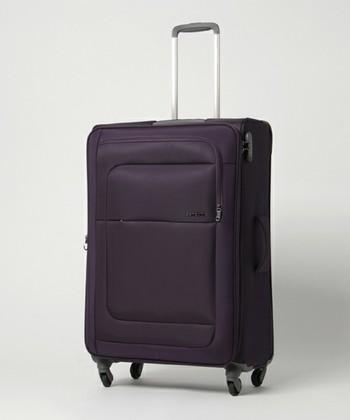 一方、長期旅行にはスーツケースが最適ですよね。スーツケースを選ぶ時も、なるべく軽量であることが一番。こちらはポリエステル製のソフトなスーツケースで、容量を拡張できるエキスパンダブル機能も付いています。軽量&容量UPの2点を満たしていれば完璧ですね。