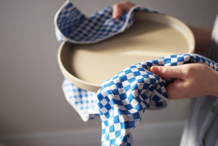 パイルのないガーゼ状なので糸が出てこないのが特徴。手になじむ柔らかさは食器の細かい部分もよく拭けます。