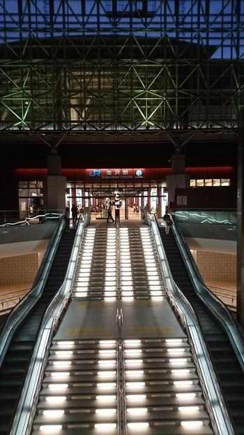 2015年に北陸新幹線が開通したことにより、観光地として注目が集まっている金沢。そんな金沢の玄関口といえるのが、JR金沢駅です。