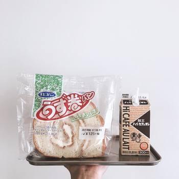 こちらは、沖縄のうず巻きパン。福島の酪王カフェオレを添えて。