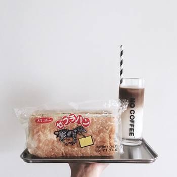 ご当地パンの中では、有名な沖縄のゼブラパン。パンの間に粒入りピーナッツクリームと黒糖がサンドされているのが特徴です。