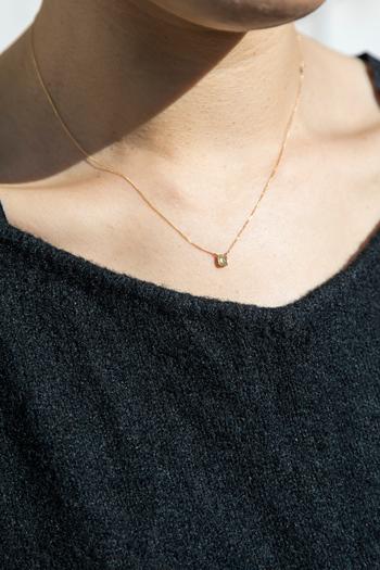 カラ―ダイヤの中でも、特に人気の高いイエローダイヤを使ったネックレス。小ぶりな石がキラキラと輝き、ナチュラルな装いもグッと格上げしてくれます。