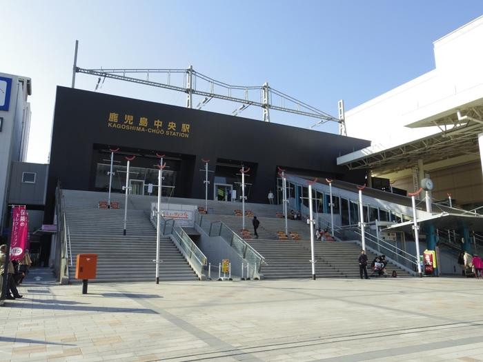 鹿児島県の代表的な駅といえば、九州新幹線の終着駅JR鹿児島中央駅です。スタイリッシュな外観の駅前にある広々とした階段が特徴的。この階段は、あの有名な映画『ローマの休日』に登場するスペイン広場をイメージして作られたそうです。
