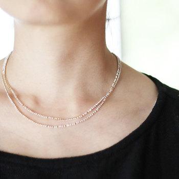 ロングネックレスの「コナユキネックレス」は、一本でシンプル使いにしても、二重にして使ってもおしゃれ。チェーンのように見えるネックレスは、細い絹糸と小粒の淡水パールで作られています。