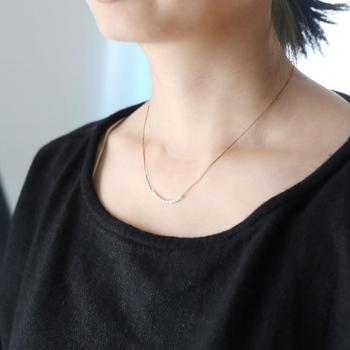 こちらもチェーンのように見えるネックレスですが、細い絹糸を編んで作られています。11粒の淡水パールを通し、繊細で上品なネックレスに仕上げました。