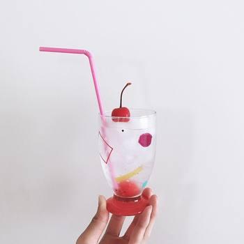 かわいいグラスに注いだ三ツ矢サイダーには、さくらんぼとピンクのストローを合わせて。暑い夏も爽やかに過ごせそうなファンシーな雰囲気がかわいい。