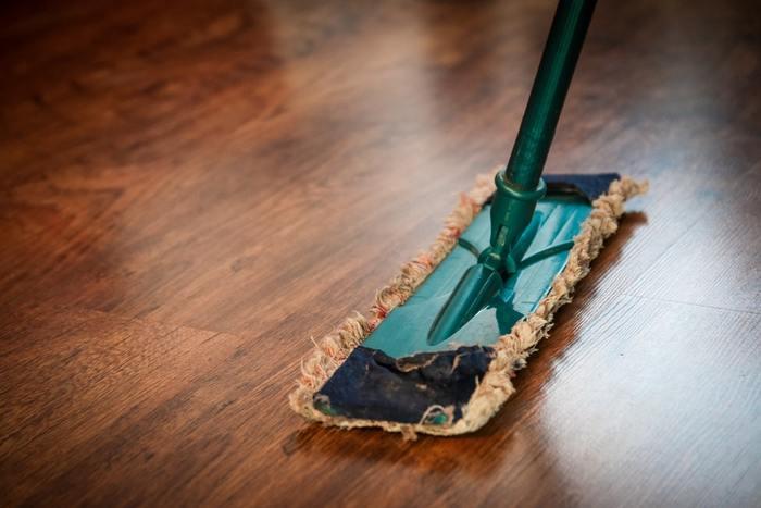 <ワックスがけをする前に> 掃除機などで床面のホコリや髪の毛、砂つぶなどをしっかり取り除き、さらに拭き掃除で汚れやベタつき、油分をキレイにすることを忘れないように。  <ワックスがけのコツ> 床がしっかり乾いたらいよいよワックスがけ。乾きやすい天気の良い日に行うようにしましょう。少なめぐらいの量をやさしく丁寧に広げて乾燥したら完了です。ワックスをかけた後にその上を歩いてしまうと足跡がついてしまうので、部屋の奥から出口に向かうように塗りはじめるようにしてみて。はじめてやる場合は、乾燥後に重ね塗りするのがおすすめです◎。