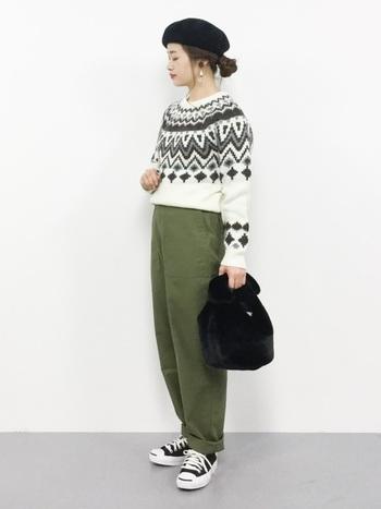 また、洋服はいろいろなアイテムを詰め込むよりも、コーディネートで工夫してみましょう。例えば、こちらは同じパンツを着回すテクニック。まずは、ジャガード柄のセーターと合わせてカジュアルにまとめます。
