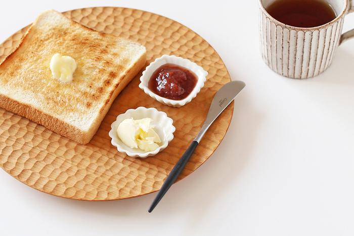 ジャムとバターをそれぞれ白の豆皿に入れて、そのままプレートに乗せるのも◎。簡単にできるかわいらしいスタイリングです。