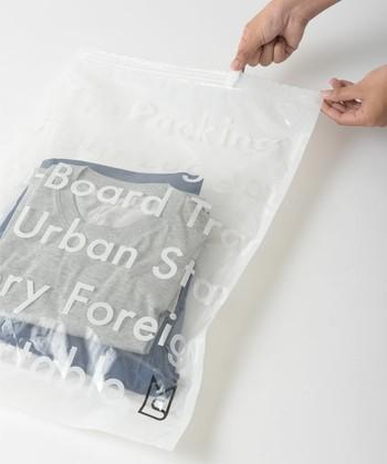 トップスの下に着るカットソーや肌着など、多少シワになっても人目に触れないようなアイテムは、圧縮袋に入れてコンパクトにまとめましょう。使い方はとっても簡単。まずは収納する衣類を入れて、ジッパーを閉めます。