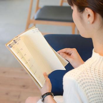 手帳に書かれたことを振り返ってみるのも、暮らしの質を高めることにつながります。ほんの5分でも、ぱらりと手帳を確認してみるとよいですね。