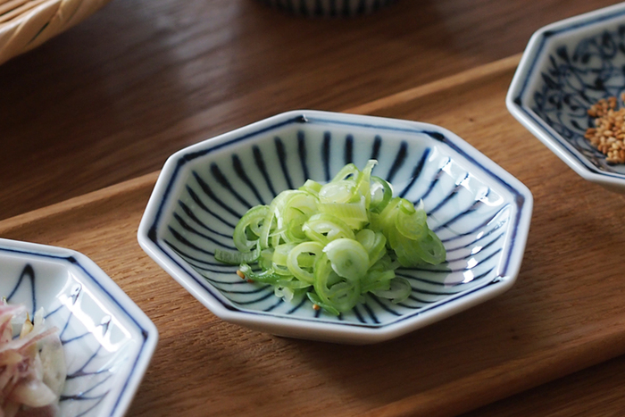 薬味といえば代表的なものが「刻みネギ」。白いお皿に乗せてもいいけれど、この十草模様の豆皿に乗せることで、食卓の上でぐっと存在感が増しますね。